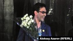 «Кемтар» спектаклінің режиссері Кубанычбек Адылов. Алматы, 7 сәуір 2013 жыл.