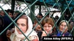 صف شهروندان آذربایجان در مرز ایران در آستارا برای خرید مواد غذایی