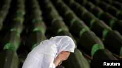 Pripreme za ukop tela ubijenih u genocidu u Srebrenici