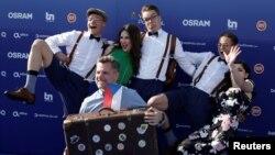 """""""Eurovision"""" сынагына катышып жаткан чехиялык ырчы Миколас Жозеф жана анын командасы."""