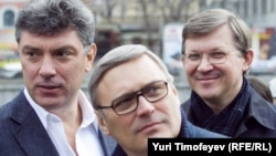 Russian opposition leaders Boris Nemtsov (left) and Vladimir Ryzhkov (right) pictured here with former Russian Prime Minister Mikhail Kasyanov