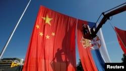Postavljanje zastava Kine i Srbije u Beogradu uoči posjete kineskog predsjednika