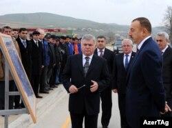 Зия Мамедов (в центре) докладывает президенту страны Ильхаму Алиеву (справа) о ремонтных работах на трассе Баку-Шамахы, 26 ноября 2009