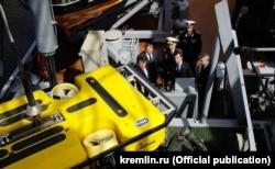 Președintele Dmitri Medvedev inspectînd noua navă Zvezdocika