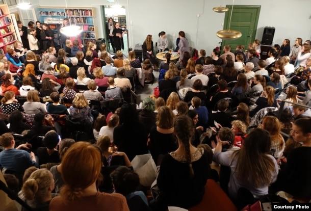 """Презентация книги """"Слово на букву Ф. 155 причин быть феминисткой"""" в библиотеке норвежского города Берген"""