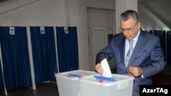 Ramiz Mehdiyev parlament seçkisində səs verir, 7 noyabr 2010