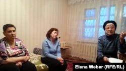 Инвалиды и опекун инвалидов обсуждают накопившиеся проблемы. Темиртау, 11 декабря 2014 года.