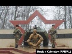Монумент, посвященный погибшим на войне в Афганистане солдатам. Джалал-Абад.