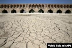 Na fotografiji snimljenoj 10. jula 2018. vidi se da reka Zaiandeh Roud više ne teče ispod 400-godišnjeg mosta Si-o-seh Pol, nazvanog po svojih 33 lukova, u Isfahanu, Iran
