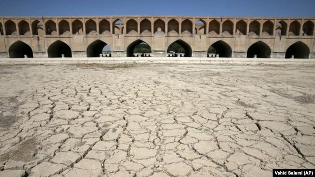 معاون حفاظت و بهرهبرداری آب منطقهای اصفهان گفته بود: وضعیت ذخیره سد زایندهرود برای تداوم جریان آب در رودخانه زایندهرود مناسب نیست.