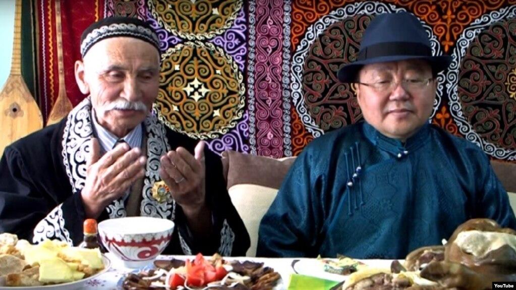 Моңғолия президенті Цахиагийн Элбэгдорж (оң жақта) Ақсолтан Қылышұлын Наурыз мерекесімен құттықтай келіп отыр. Улаанбаатар, 22 наурыз 2017 жыл.