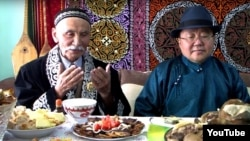 Этнический казах Аксолтан Кылышулы и президент Монголии Цахиагийн Элбэгдорж (справа) за столом, накрытым в честь Наурыза. Улан-Батор, 22 марта 2017 года.