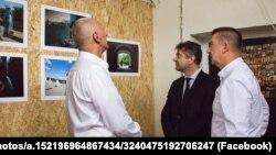 На виставці в Центр гуманітарної допомоги Україні (зліва направо) Петр Оліва, Євген Перебийніс, Карел Ганзлік