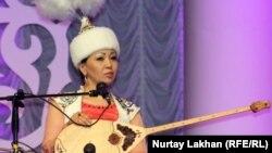 Айнұр Тұрсынбаева, айтыскер ақын. Алматы, 8 мамыр 2013 жыл.