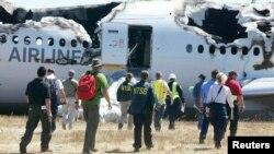 Обломки самолета авиакомпании Asiana Airlines, потерпевшего крушение в аэропорту Сан-Франциско, 7 июля 2013 года.