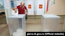 Ресей мемлекеттік дума депутатын сайлауға дауыс беріп тұрған адам. Симферополь, Қырым, 18 қыркүйек 2016 жыл.