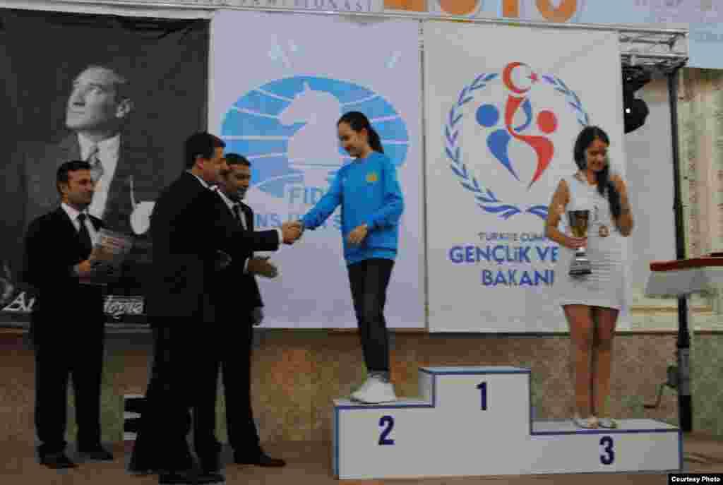 Жансая Абдумалик на пьедестале победителей.