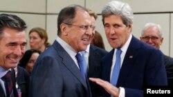 Secretarul de stat american John Kerry (dreapta) și omologul său rus Serghei Lavrov la sediul NATO din Bruxelles, 4 decembrie.