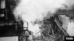 Пожар в разрушенной реакторной зоне 4-го блока ЧАЭС. Съемка с вертолета 26 апреля 1986 года