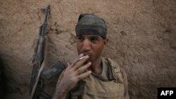 Припадник на ирачките сили пуши цигара во село во близина од Мосул откако повторно ја повратија контролата врз селото Ал Кувајн, 23 октомври 2016.