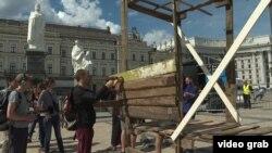 Акція «Синдром того, хто вижив». Встановлення дому-конструкції зі зруйнованого поселення ромів. Київ, 18 травня 2018 року