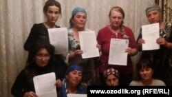 Матери верующих заключенных с ташкентской правозащитницей Еленой Урлаевой (третья слева во втором ряду) и журналисткой Малохат Эшанкуловой (первая слева в первом ряду). Ташкент, 20 октября 2017 года.
