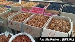 Bazarda satılan fındıq-qoz