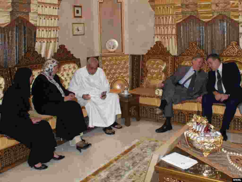 Согуд Гарәбстанының мәдәният һәм мәгълүмат министры урынбасары Әбү Бәкр кунакларны үз өендә кабул итте