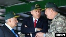 اردوغان (وسط تصویر) در کنار نخستوزیر و رئیس ستاد مشترک ارتش ترکیه