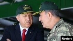 Prezident Recep Tayyip Erdoğan və müdafiə naziri Hulusi Akar