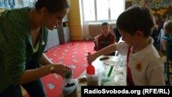 Шарка Цоуфалікова, координотор проекту з учнем випробовує різні фільтри