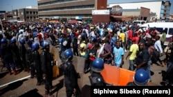 Зимбабве астанасындағы демонстранттар мен полицейлер. Хараре, 1 тамыз 2018 жыл.