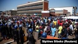 Демонстранты и полицейские в столице Зимбабве. Хараре, 1 августа 2018 года.
