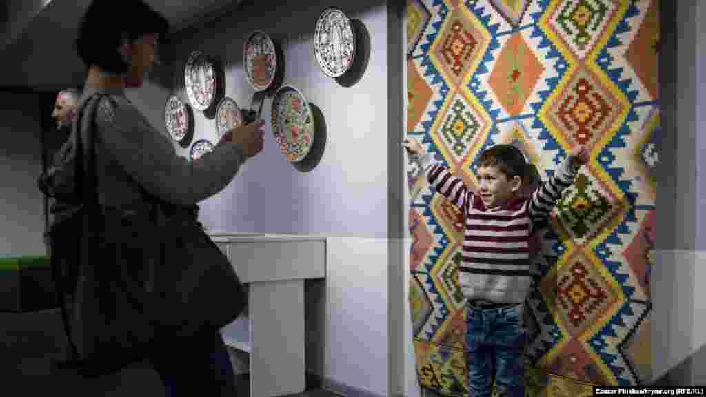У Кримській республіканській науковій бібліотеці ім. Франка в Сімферополі відкрилася виставка «Кримське суцвіття». Вона стала частиною проекту «Кримський стиль», що поєднав у собі художників, які відображають у своїх роботах традиції корінного народу півострова