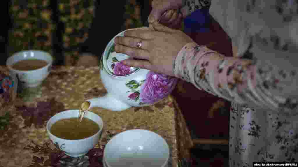 Господиня готує чай для гостей
