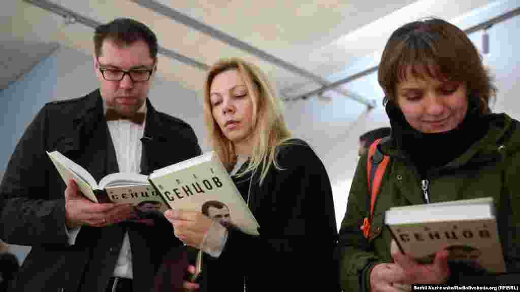 Книга складається зі спогадів людей, які добре знають Сенцова, з уривків його книг і сценаріїв до фільмів