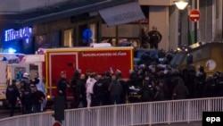 Медики виносять пораненого в час штурму крамниці «Гіпер-Кошер» у Парижі, 9 січня 2015 року