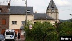 Prania e policisë franceze afër kishës ku është vrarë jë prift