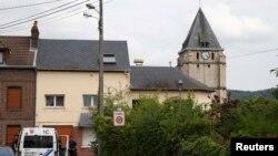 Сент-Этьен-дю-Рувре қаласында қарулы адамдар шабуыл жасаған шіркеу мен оның жанында тұрған полиция. Нормандия, Франция, 26 шілде 2016 жыл.