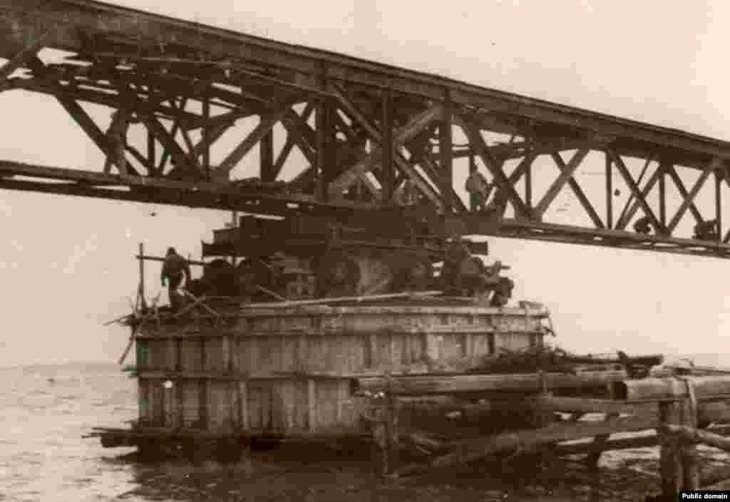 Как известно из книги немецкого министра вооружений и боеприпасов Альберта Шпеера, немцы построили через Керченский пролив канатную дорогу, которую по заданию лично Адольфа Гитлера планировали заменить мостом.