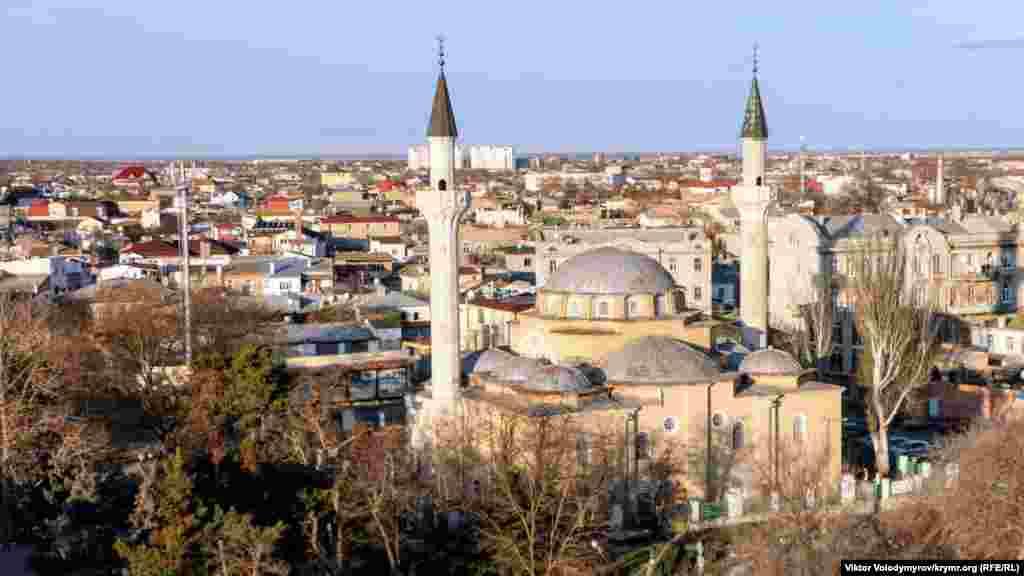 Вид на Джума-Джами сверху. Мечеть находится в центре Евпатории