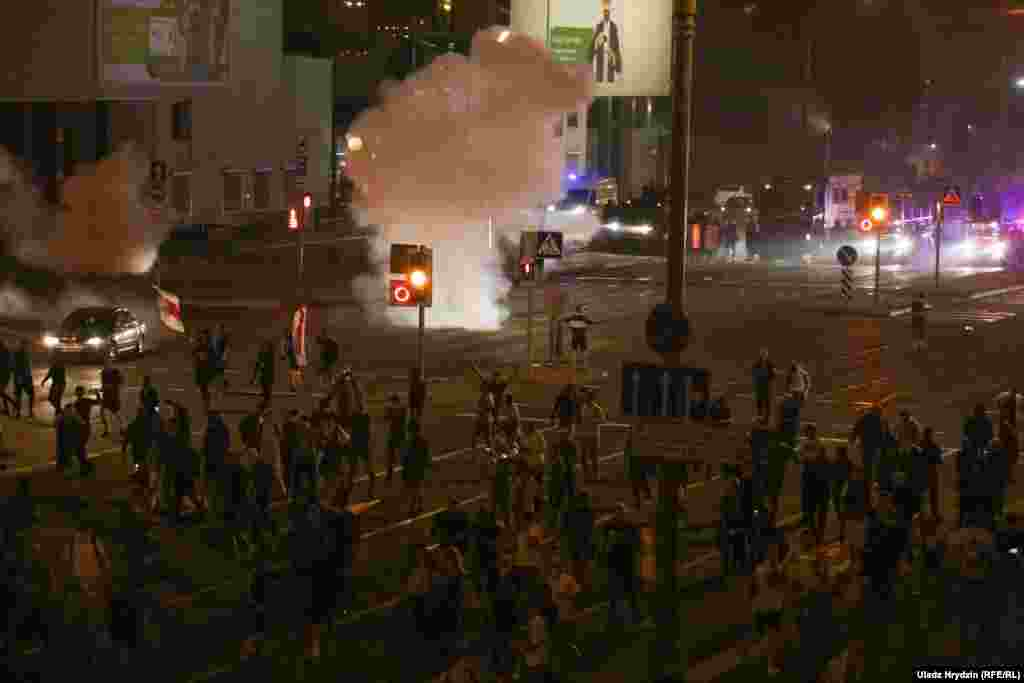 После начала протестов в Минскеотключили уличное освещение. Протестующие подсвечивали себе дорогу экранами мобильных телефонов