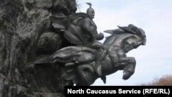 Монумент Уастырджи в скале в горах Северной Осетии, Алагир (архивное фото)