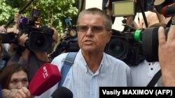 Алексей Улюкаев, бывший министр экономического развития России, у Замоскворецкого суда Москвы. 8 августа 2017 года
