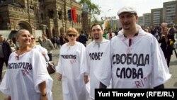 """Moskwadaky protest """"gezelençleriniň"""" birinden bir görnüş. Moskwa, 6-njy maý, 2012."""