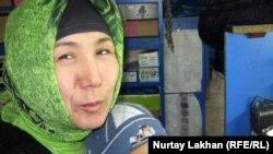 Телефон жөндеуші шебер Гүлім Әбілқасымова ұлы Мираспен бірге. Алматы, 2 қараша 2011 жыл.