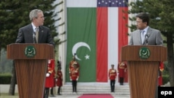 U.S. President George W. Bush (left) and Pakistani President Pervez Musharraf in Islamabad on March 4