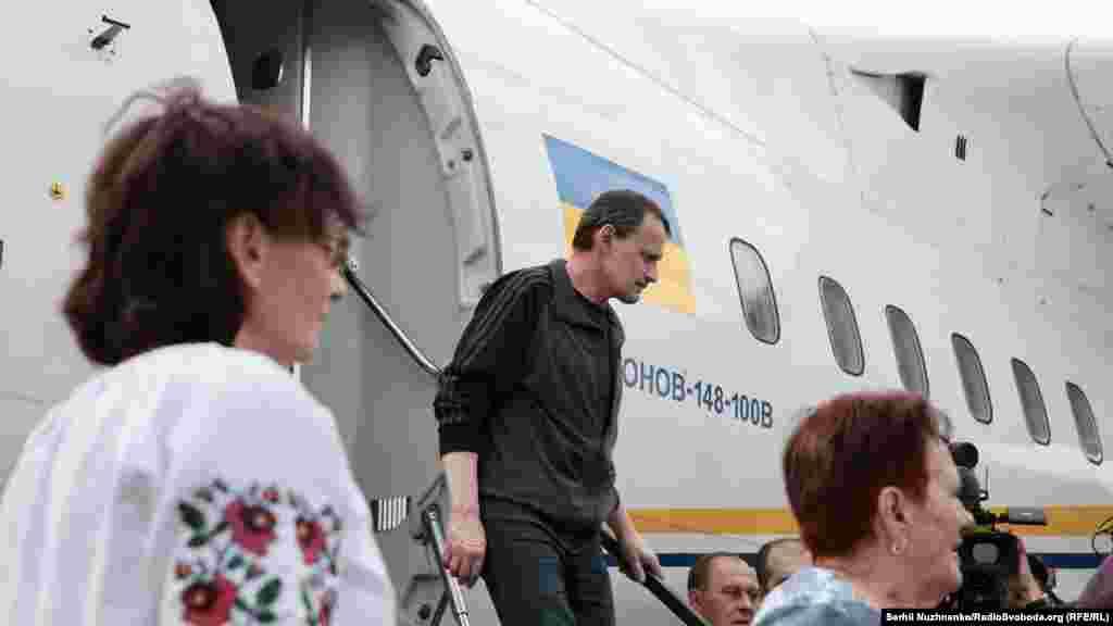 Микола Карпюк спускається з трапу літака