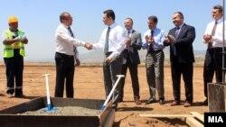 """Премиерот Никола Груевски присуствуваше на почетокот на изградбата на фабрика за автобуси од белгиската компанија """"Ван Хол""""."""