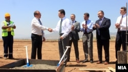 """Премиерот Никола Груевски присуствуваше на почетокот на изградбата на фабрика за автобуси од белгиската компанија """"Ван Хол"""" ."""